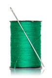 Bobina del filo verde con l'ago Immagini Stock