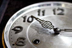 Bobina del reloj, manos del primer y cara viejas o retras del viejo m Imagenes de archivo