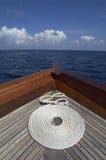 Bobina della corda all'arco di una barca Immagini Stock