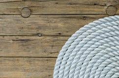 Bobina della corda su fondo di legno Immagine Stock Libera da Diritti