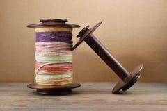 Bobina della ruota di filatura riempita di filato della mano Fotografie Stock Libere da Diritti