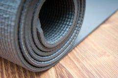 Bobina della stuoia di yoga fotografia stock libera da diritti