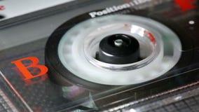 Bobina di cassetta audio analogica d'annata che restituisce giocatore stock footage