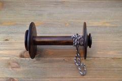 Bobina di legno della ruota di filatura con un capo di filato usato per attaccare vagabondaggio quando filano Immagini Stock Libere da Diritti