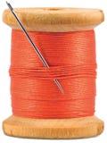 Bobina di legno di Grunge con il filetto rosso isolato fotografia stock