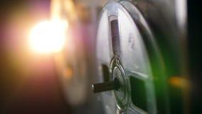 A bobina do registrador está girando lentamente na luz video estoque