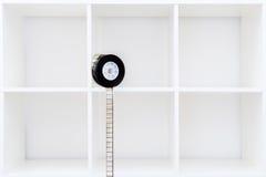bobina e striscia di pellicola di film da 35 millimetri sullo scaffale per libri bianco Fotografia Stock