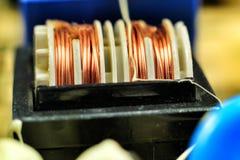 Bobina elettromagnetica su una scheda madre fotografia stock
