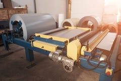 Bobina galvanizada industrial do rolo de aço para a máquina da formação de folha de metal na oficina da fábrica do trabajo em met fotografia de stock
