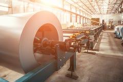 Bobina galvanizada industrial do rolo de aço para a máquina da formação de folha de metal na oficina da fábrica do trabajo em met imagens de stock