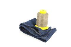 Bobina gialla del cotone sul tessuto blu del denim Immagini Stock Libere da Diritti