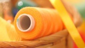 Bobina gialla del filo con il nastro nel canestro video d archivio