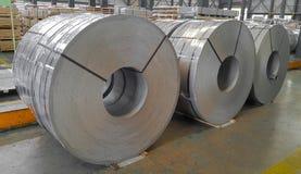 Bobina, pickel e lubrificação de aço laminados a alta temperatura na fabricação, folha de metal industrial fotos de stock