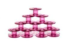 Bobina plástica rosada para la máquina de coser Fotos de archivo libres de regalías