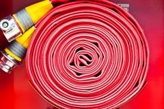 Bobina rossa della manichetta antincendio Immagini Stock Libere da Diritti