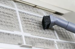 Bobina sporca di pulizia del condizionatore d'aria immagine stock