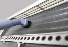 Bobina sporca di pulizia del condizionatore d'aria fotografia stock