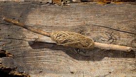 Bobina tradizionale del filo sul ramo del bastone dell'albero Immagini Stock Libere da Diritti