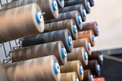 Bobina variopinta del filo del ricamo utilizzando nell'industria di indumento, fila immagine stock libera da diritti