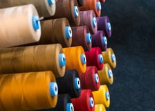 Bobina variopinta del filo del ricamo utilizzando nell'industria di indumento, fila fotografie stock
