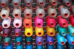 Bobina variopinta del filo del ricamo utilizzando nell'industria di indumento, fila fotografia stock libera da diritti