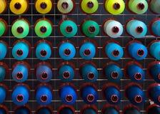 Bobina variopinta del filo del ricamo utilizzando nell'industria di indumento, fila fotografia stock