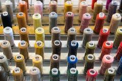 Bobina variopinta del filo del ricamo utilizzando nell'industria di indumento, fila fotografie stock libere da diritti