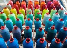 Bobina variopinta del filo del ricamo utilizzando nell'industria di indumento, fila immagine stock