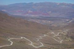 Bobina y camino sucio - humahuaca, al norte de la Argentina fotografía de archivo