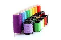 Bobinas coloreadas de la cuerda de rosca aisladas Foto de archivo