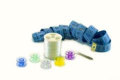 Bobinas coloridas para a costura da máquina no fundo branco Fotos de Stock
