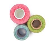 Bobinas con los hilos de coser multicolores aislados Imágenes de archivo libres de regalías