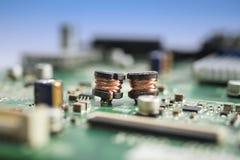 Bobinas de cobre en el circuito electrónico Fotografía de archivo libre de regalías