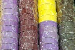 Bobinas de la cinta aislante coloreada o de la cinta escocesa en fila foto de archivo libre de regalías