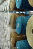 Bobinas de lanas en telar de alimentación del estante Fotos de archivo