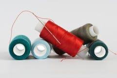 Bobinas de los hilos y de la aguja del color Foto de archivo libre de regalías