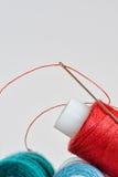 Bobinas de los hilos y de la aguja del color Imagen de archivo libre de regalías