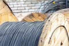 Bobinas de madera del cable eléctrico al aire libre Fotos de archivo