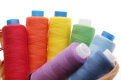 Bobinas de uma linha de cores diferentes fotografia de stock