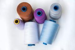Bobinas del hilo, artículos de costura para el sastre Craft en el fondo blanco Foto de archivo