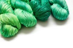 Bobinas del hilo verde en el fondo blanco imagenes de archivo