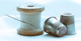 Bobinas del hilo y dedales de costura Imagenes de archivo