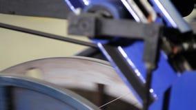 Bobinas do fio de aço em uma fábrica do pneu vídeos de arquivo