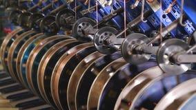 Bobinas do fio de aço em uma fábrica do pneu filme