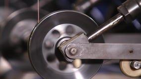 Bobinas do fio de aço em uma fábrica do pneu video estoque