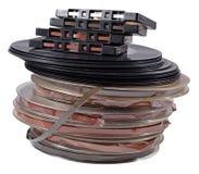 Bobinas do vintage, registros de vinil e cassetes de banda magnética velhos em um branco Foto de Stock
