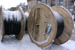 Bobinas grandes con la madera del alambre del cable de madera fotografía de archivo libre de regalías
