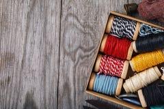 Bobinas multicoloras con los hilos y las herramientas para la costura imágenes de archivo libres de regalías