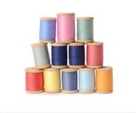 Bobinas multicoloras de los hilos de la abundancia aisladas en el fondo blanco Taller, accesorios de costura Imagen de archivo