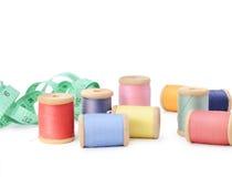Bobinas multicoloras de los hilos de la abundancia aisladas en el fondo blanco Taller, accesorios de costura Fotos de archivo libres de regalías